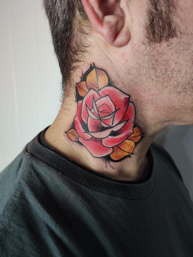 tatuaje flor en cuello
