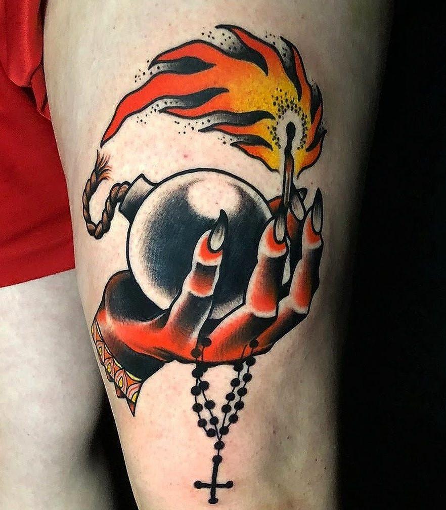 Tatuaje mano sujetando bomba