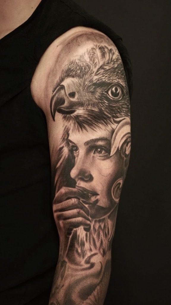 tatuaje mujer con águila por marconi