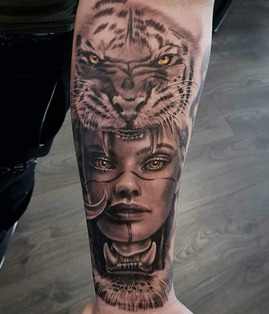 tatuaje mujer con tigre por marconi